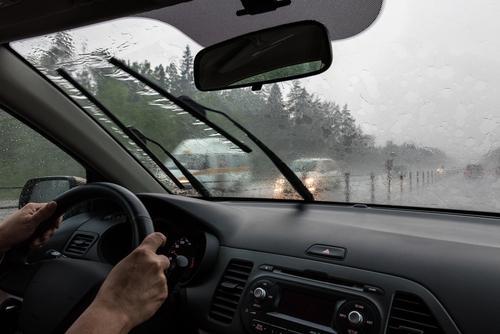 関東も梅雨入り!! 運転時のギラギラ視界を防ぐには? 【クルマの達人】