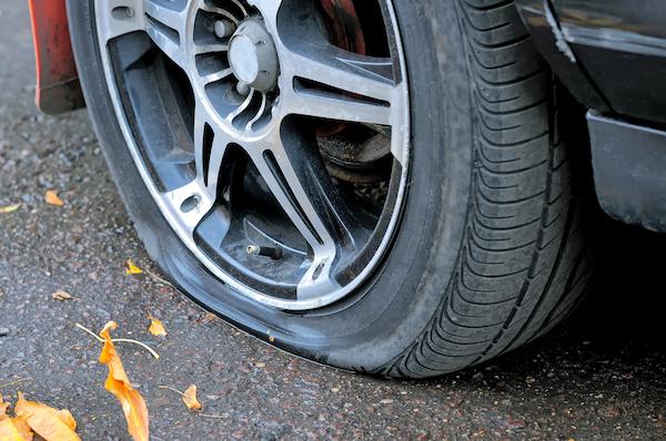 釘を踏んでパンク…穴だけ修理しても中は直ってない!?  タイヤ 内部損傷の恐怖