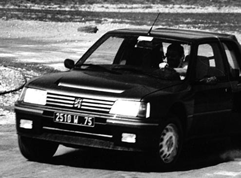 プジョーが叶えた「ミドシップ4WD」という理想 205ターボ16 試乗 【徳大寺有恒のリバイバル試乗記】