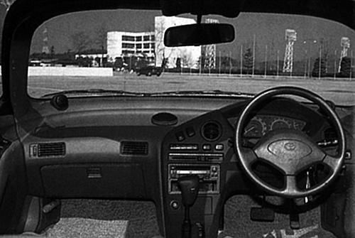 個性的な外観に比べると大人しいコックピット周り。10スピーカーを採用するスーパーライブサウンド装着車もあった