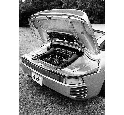 エンジンは962Cに搭載された水平対向6気筒DOHCツインターボ。シリンダーヘッドが水冷、シリンダー部が空冷という混合冷却となる。ターボは低速時はシングルで、4600回転からツインターボになる
