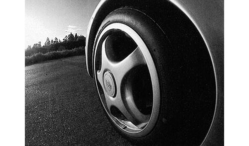 装着されるタイヤはブリヂストンのRE71。'86年ポルシェとフェラーリの認証を獲得し、純正採用された伝説のタイヤだ