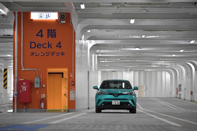 4層に分かれた車両甲板には自分で止める(もちろん後ほど係の人が固定)。3ナンバーのSUVでも余裕たっぷり。新品の甲板は壮観だ