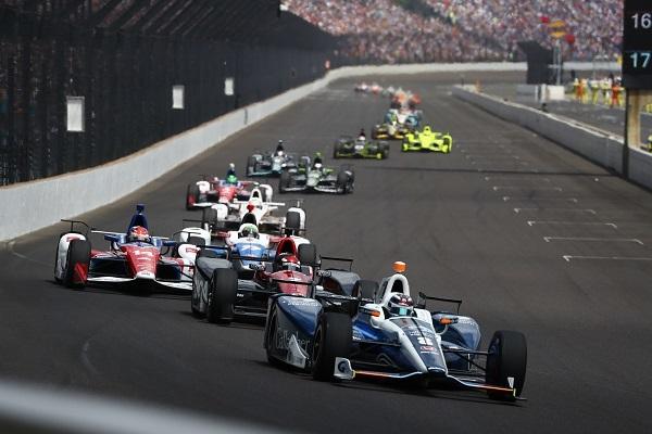 バンクのついたコーナー、平均速度は350km/h超…2.5マイルのコースを200周に渡って繰り広げられる超高速レースに、約40万人もの観客が押し寄せる