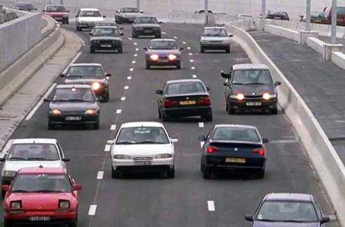 これは海外の高速道路だが、奥へ向かう2台が逆走車。ETCゲートや尖ったツメなど国沢氏から対策案が
