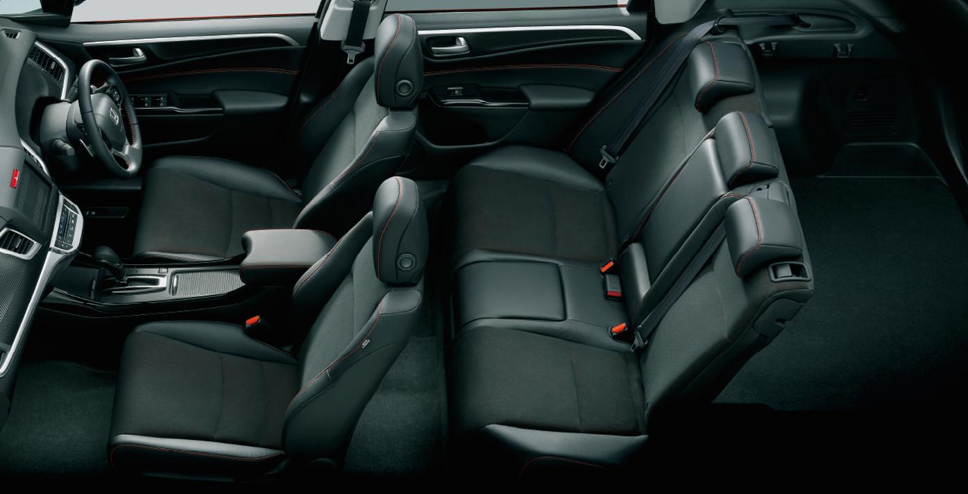 3列シート車でもあったジェイドが2列シートを追加設定したので後席は広々。個人タクシーとかで導入してほしい