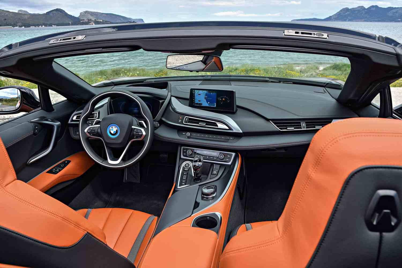 内装はスポーツカーというよりは高級車。ここらへん、BMWは「わかっている」という感じ