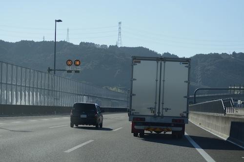 大型車の追い越し車線居座りはまだあるようだが、速度差による事故はおもいのほか少ないようだ