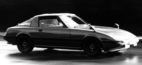 リトラクタブルヘッドライトに加え、1260㎜という低い車高によってCd値は0.36を獲得。前後重量配分は前50.7対後49.3を実現。FRのスポーツモデルとしては理想に近かった