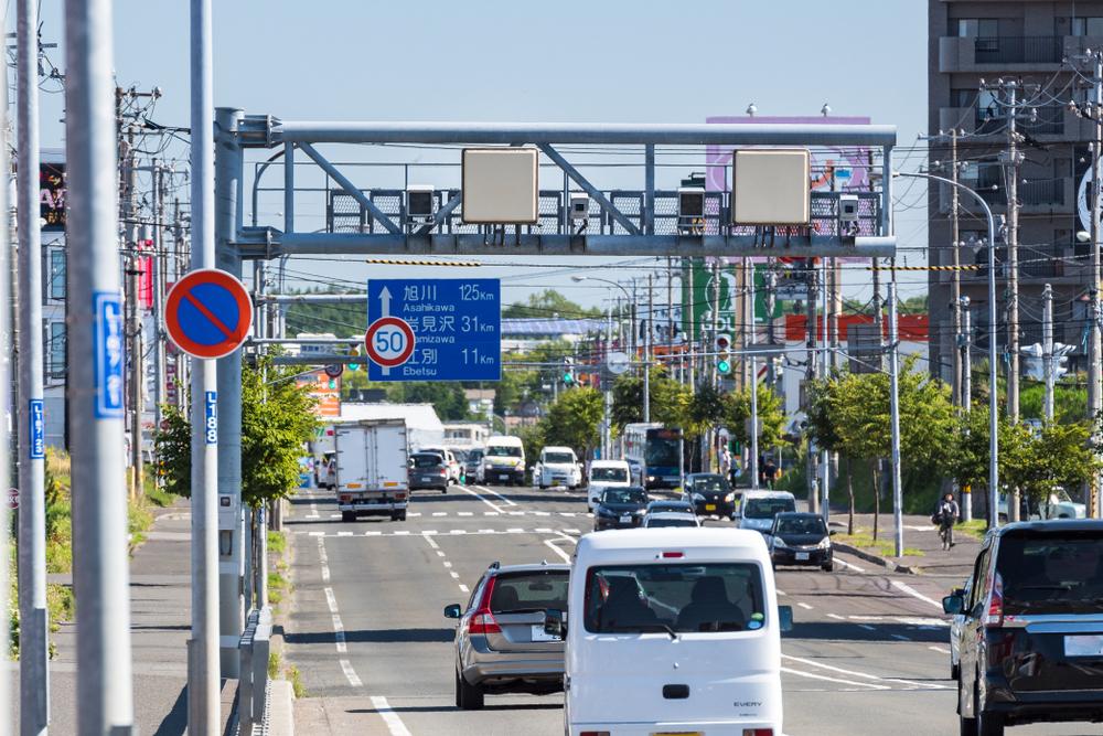 設置型オービスは主に高速道路上や幹線道路に設置される。速度違反車を自動で撮影し、後日警察署へ呼び出す(写真:tkyszk / Shutterstock.com)