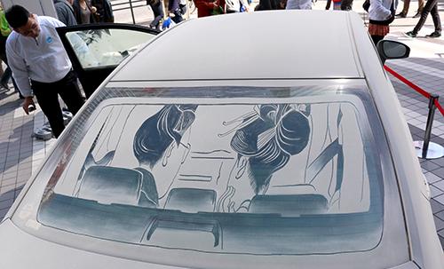 リアガラスには浮世絵から飛び出た男女の後ろ姿が描かれている