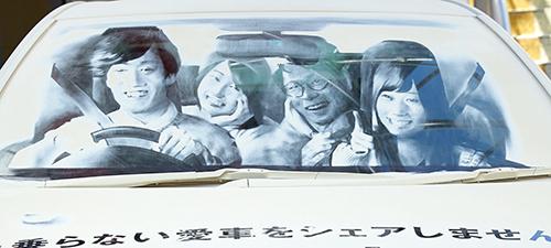 こちらは渋谷で展示されたもの。乗車中の4人のリアルさに驚き