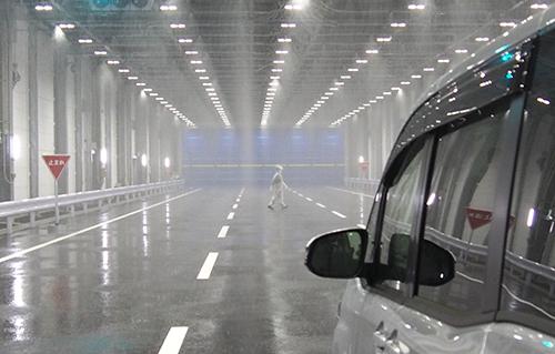 特殊な状況を再現できる実験施設のワンシーン。雨量が増えると、歩行者が肉眼で認識困難になる