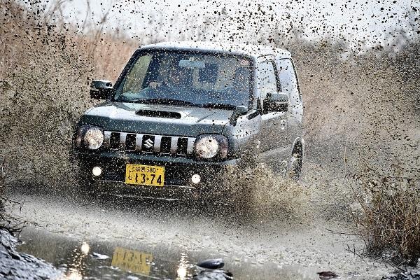 写真のような水たまりやマッド路面はジムニーの主戦場だが、それゆえ下回りの錆などは中古車選びの際に注意すべきポイントだ