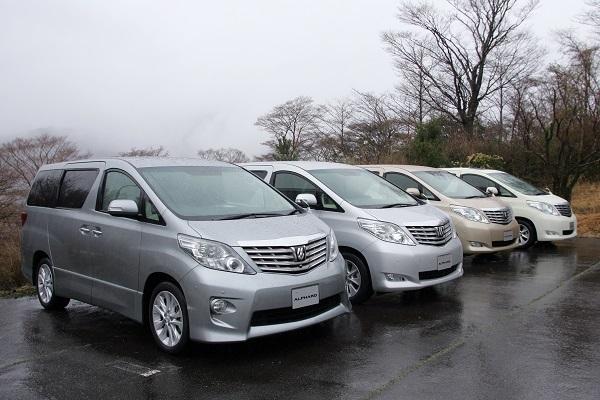 計3つのパワーユニットがあった先代アルファード。当初はガソリン車のみだったが、2011年のマイチェンでハイブリッド車が追加された