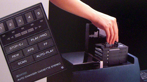 R31スカイラインのカセット5連装オートチェンジャー。1985年登場のR31型スカイラインに採用されたカセットテープ5連装自動チェンジャー。まさにカセットテープ全盛時代ならではの画期的かつチカラワザ的装備でありました。CD時代には10連装オートチェンジャーなんてものに発展していったのだ