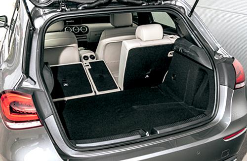 トランク容量は29ℓ拡大し370ℓに(VWゴルフは380ℓ)