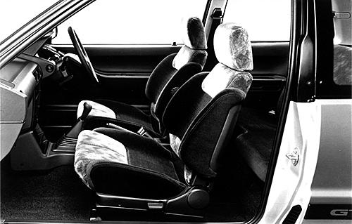 サイドサポートアジャスターの付いたスポーツシートが装着される。もちろん5速MTしかない設定だ