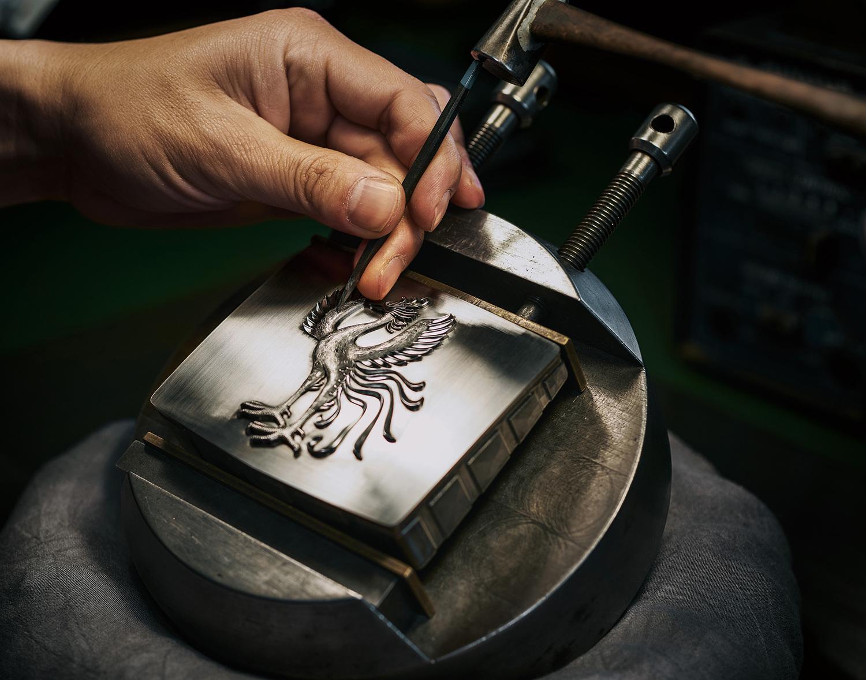 エンブレムに埋め込まれる「鳳凰」は、工匠が金型を約1カ月半かけて手で彫り込む。あの効率を愛するトヨタの生産システムにはおよの馴染みのない体制がとられている