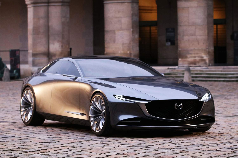 2017年の東京モーターショーに出品されたコンセプトカー「VISION COUPE」。その流麗なデザインは世界中から絶賛された。その特徴的なロングノーズデザインはFRレイアウトの証。これがデザインモチーフとなる以上、次期アテンザもFRとなる…という予想が成り立つ