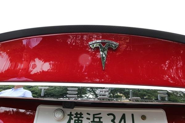 テスラは先行車に追従する機能を持つクルーズコントロールに「オートパイロット」という名称を使用している