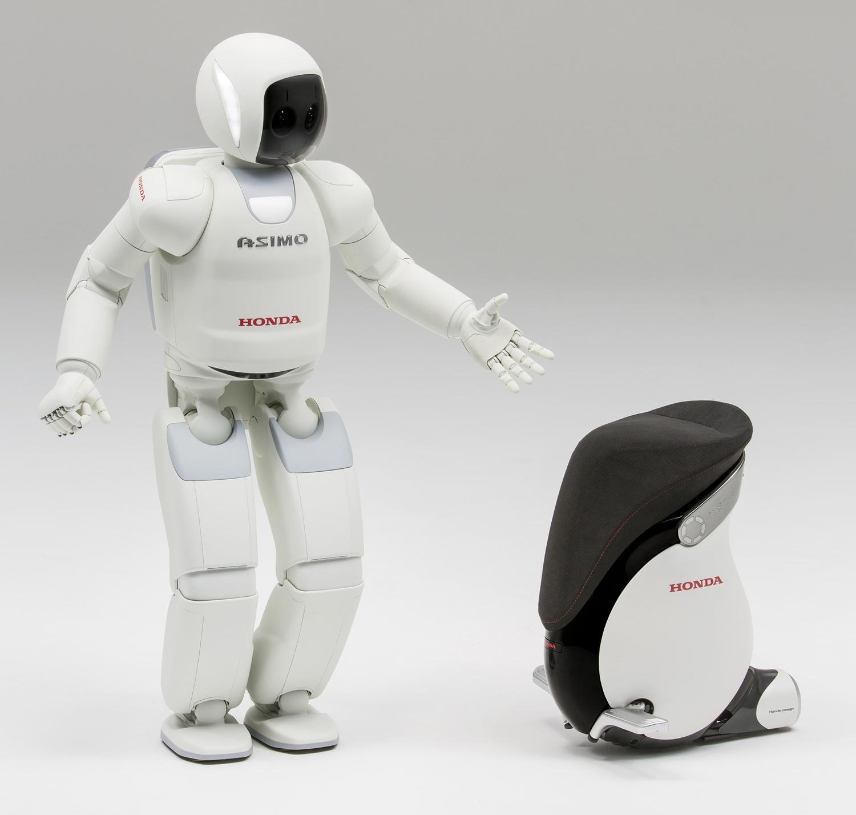 ホンダの開発したパーソナルモビリティ「UNI-CAB」にも、ASIMOで培ったバランス制御技術や遠隔操作技術などが活かされている