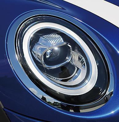 ヘッドライトを囲む円形のデイライトが改良され、全周でウインカーとデイライトが切り替わりながら点灯するようになった