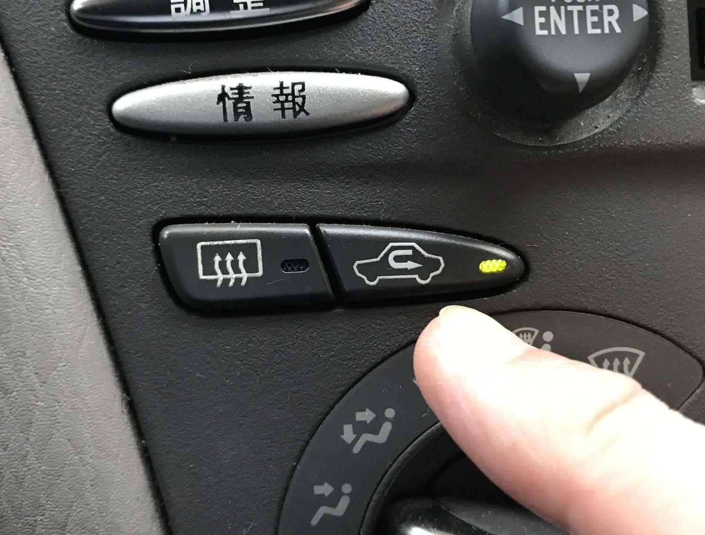 これが「内気循環」スイッチ。これがオフになっていれば「外気導入」