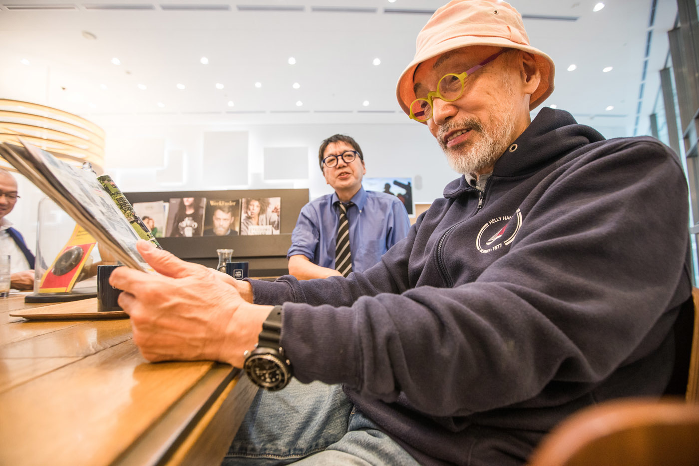 都内某所で開催される新型ジムニー発表会場へ向かうテリー伊藤氏と本誌本郷。テリーさんはカタログに釘付けだった