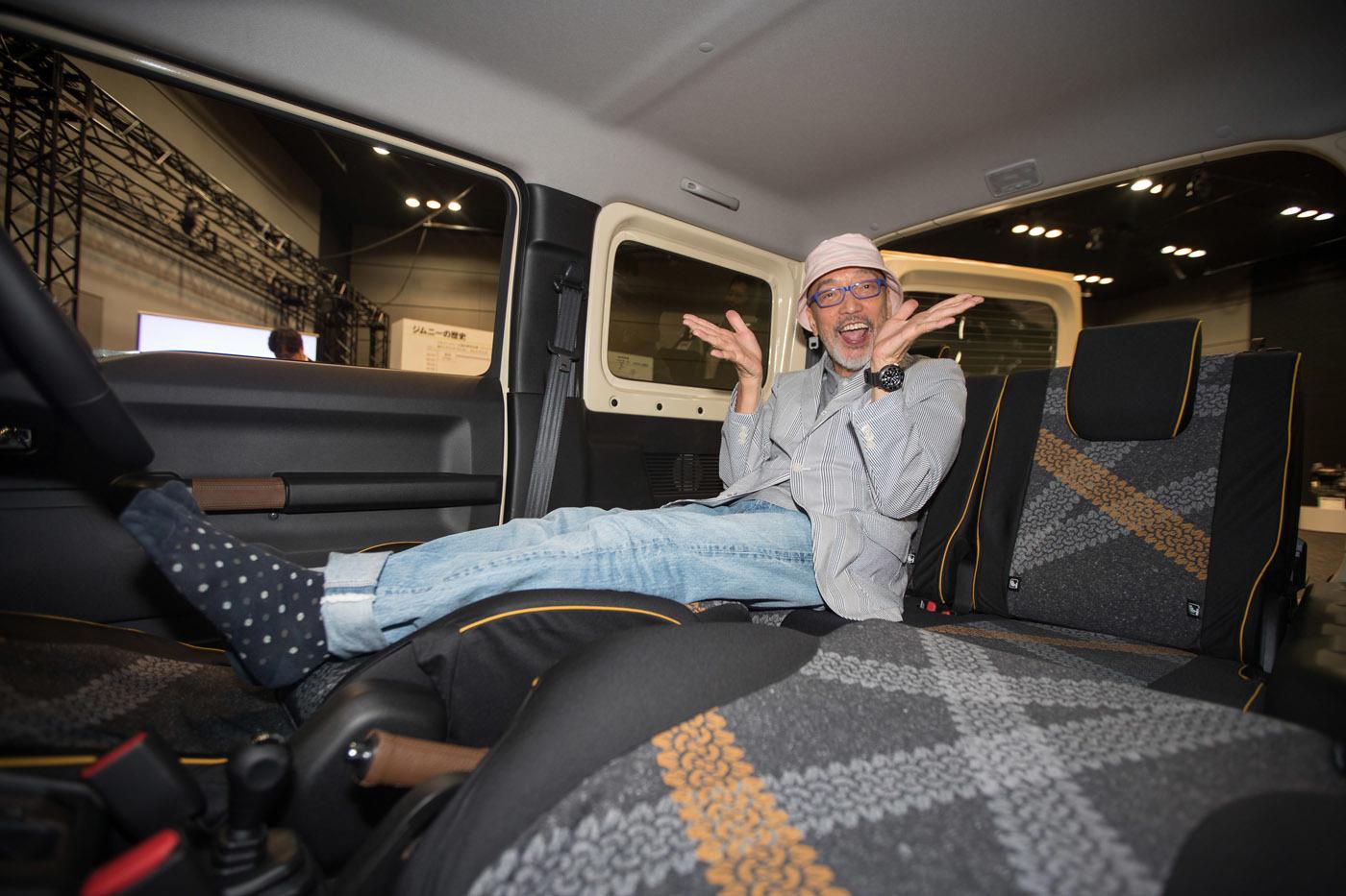 わりと本気で購入を狙って室内をチェックするテリー氏。フロントシートを倒してフラットにして座り心地を入念にチェック。これなら車中泊もいけそうだ