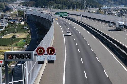 2017年11月1日より1年間、最高速度110km/hの試行が始まった新東名の新静岡IC-森掛川区間