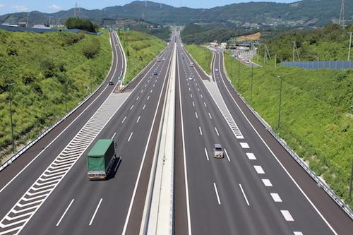 長い直線が続く新東名。最高速度引き上げは慎重に検討すべきだが、都市間の所要時間短縮などのメリットもある。今後、きちんとした議論が深まることに期待したい(写真提供/中日本高速道路)