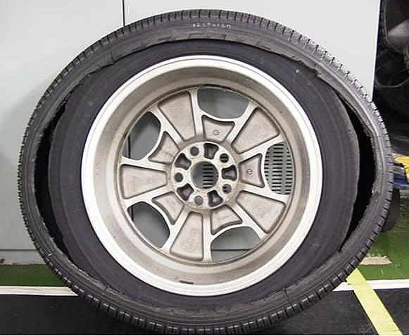 タイヤ内部に損傷があると、このようにタイヤサイド部のカーカスコードが周状に切断するケースも!