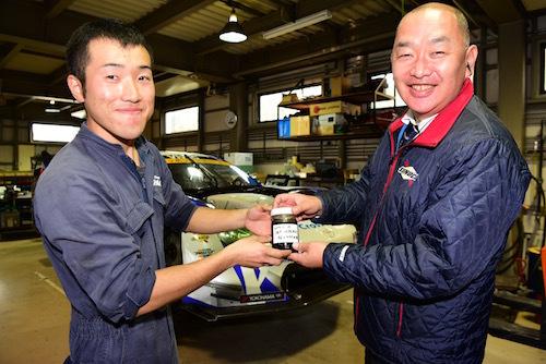 メカニックからSUNOCOの担当者にサンプルオイルが渡される。ちなみにテストにオイルを忘れたのは右のメカニック氏