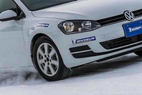 圧雪路での走りはエッジがしっかりと雪上を掴むような安心感がある