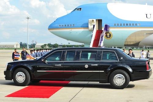 大統領専用車「ビースト」は世界中どこにでも移動する。後ろに見えるのは大統領専用機「エアフォースワン」