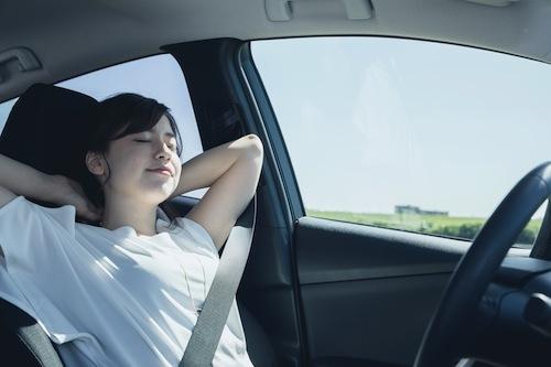 眠気覚ましはあくまでも補助。眠いときには必ず安全な場所にクルマをとめて、しっかりと仮眠をとるのがベストだ