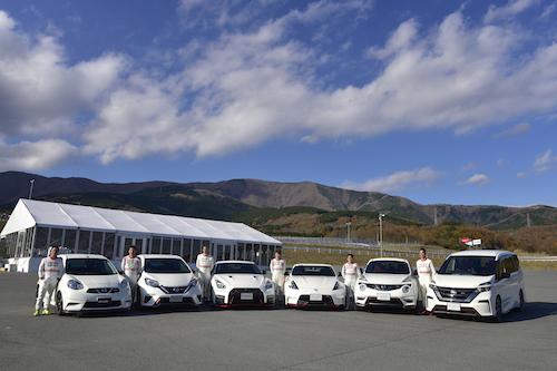 左からマーチ、ノート、GT-R、フェアレディZ、ジューク、セレナのNISMOモデル。講師はスーパーGT等で活躍するプロドライバーだ