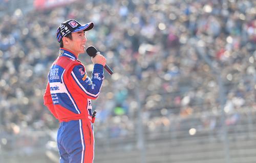 佐藤琢磨選手を見ようとたくさんの人だかり!! スーパースターと優勝マシンの凱旋もあり、今年の盛り上がりは例年以上だ