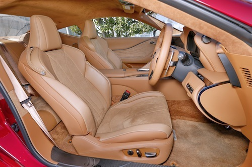 LC500はグローバルではライバルがドイツ車ということもありシートの作りもかなりこだわりがある