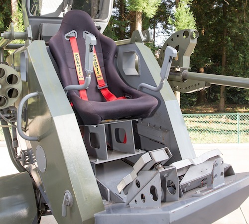 コックピットにはバケットシートが装備。足元のペダルは右が前後進用、左が左右進行用。