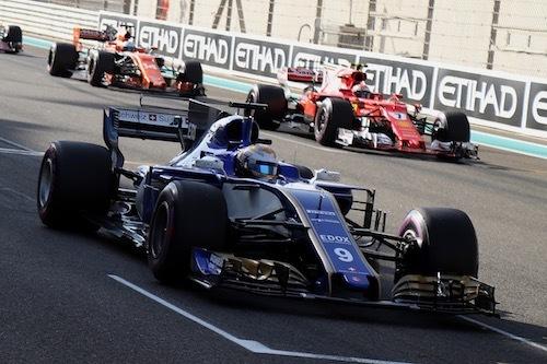 """フェラーリエンジンを積むザウバーと、後方の""""本家""""フェラーリ"""