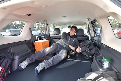 カメラが趣味の内田さん。リアにベッドキットを導入しフルフラットに。konos