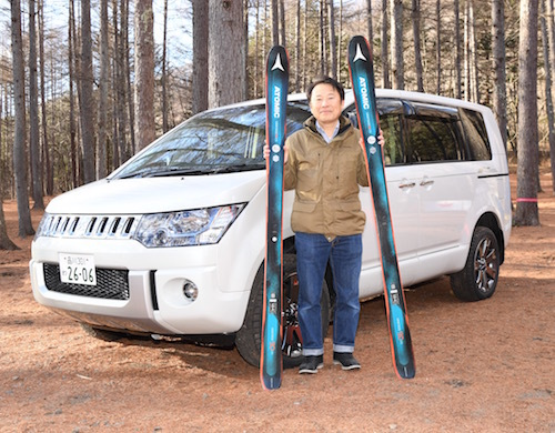 シャモニーの前で開発責任者の中島さんと。ちなみに手にしているスキーは後ほど紹介するキャンペーンの賞品です!!