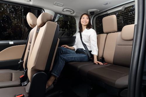 身長169cmのモデル、橘知衣代さんが座っても充分な広さを誇るセレナの3列目