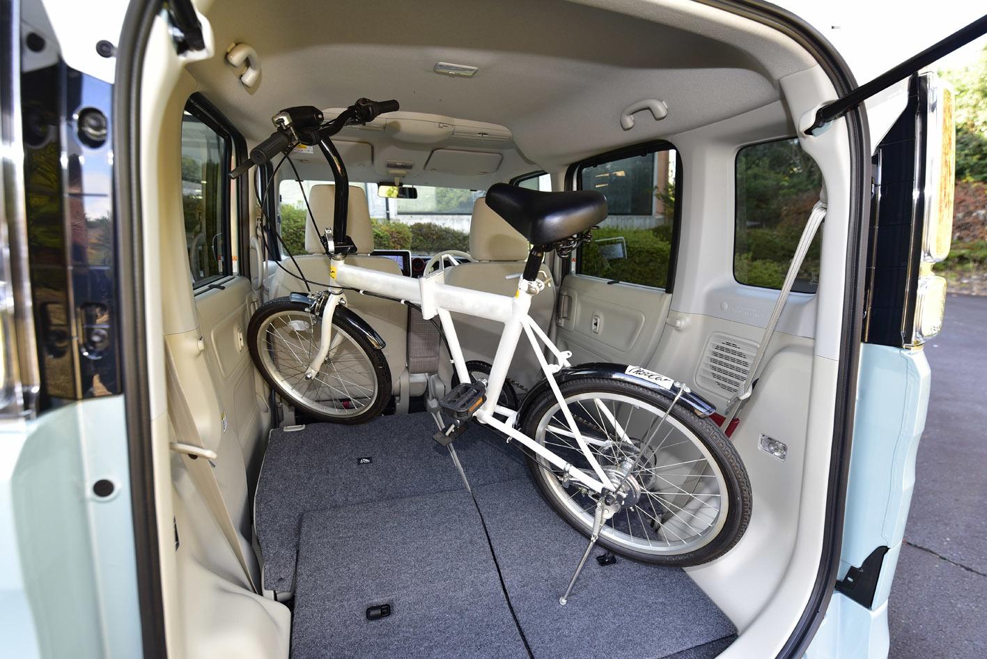 新型スペーシアは開口高が25mm下がり、後席がワンアクションで格納可能。27インチの自転車が楽に積めるようになった