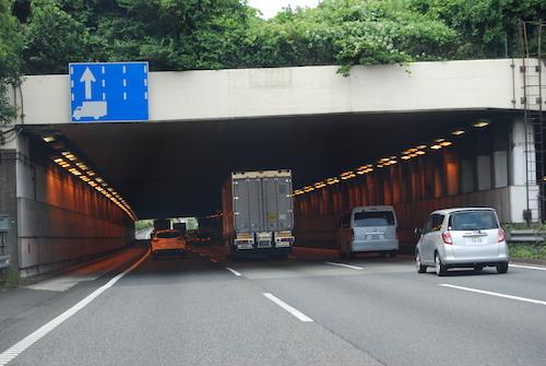 現在の東名・大和トンネル。片側3車線で運用するが、渋滞のメッカとなっている