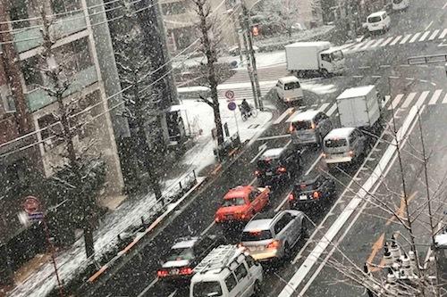 22日15時現在の都内・一般道の様子。すでに路肩には雪が積もり、走行には注意が必要だ