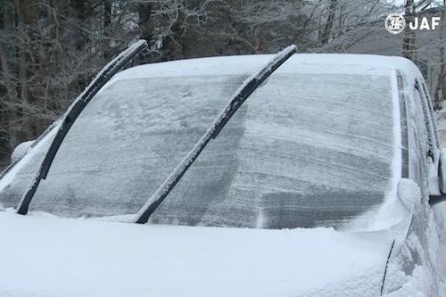 駐車場が日陰の場合、このように雪などでガラスが凍結したままのケースは多い。出典:JAF