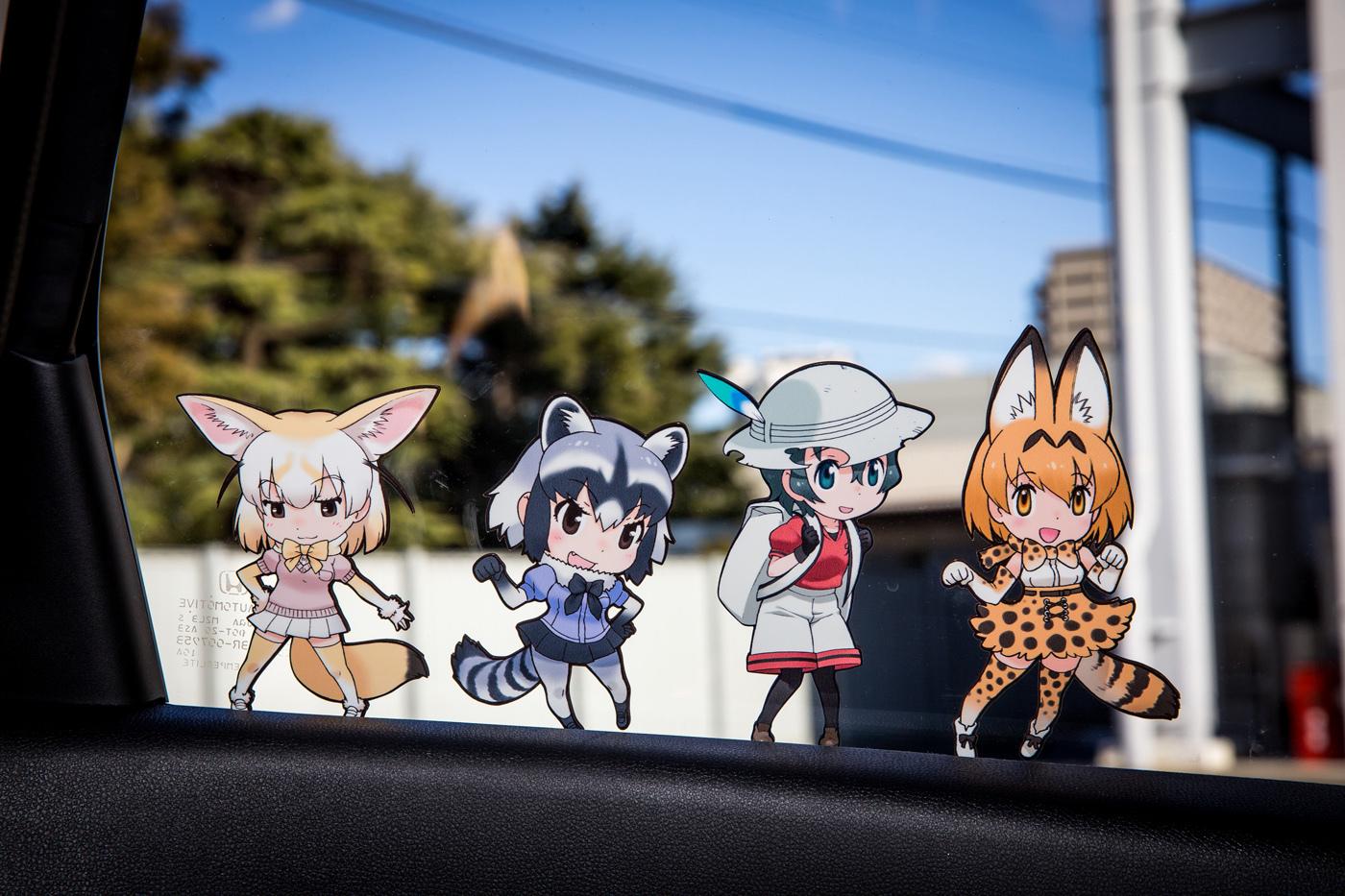外側から見るとシルエットでも、車内側から見るとちゃんとキャラクターが見えるという